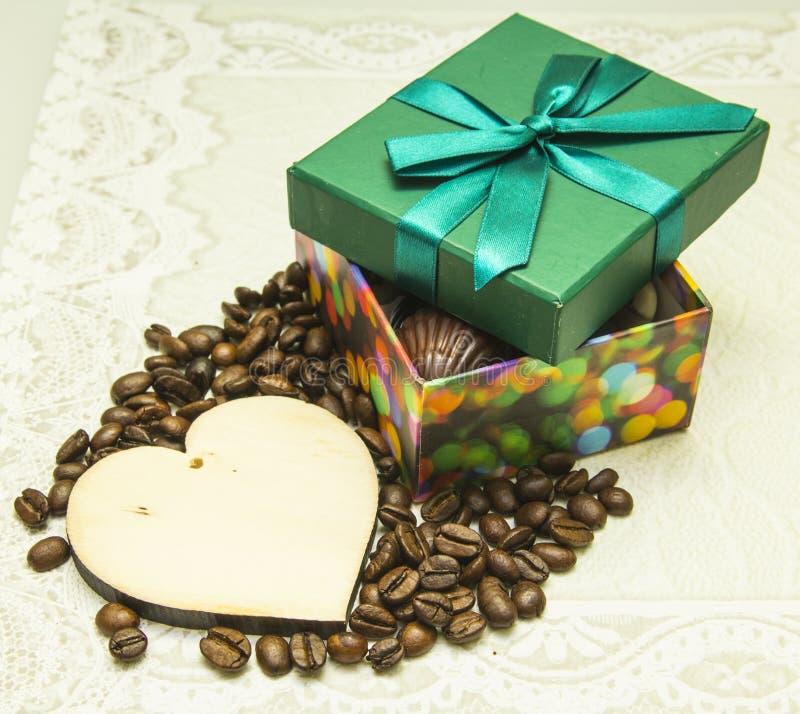 Chocolade als gift op de Dag van Valentine en een houten hart stock foto's