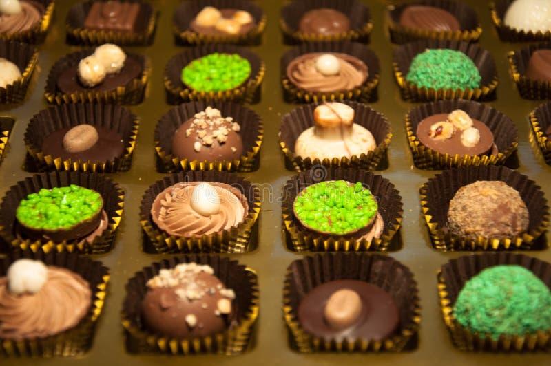 chocolade Assortiment van fijne donkere, bruine en witte chocolade stock foto's