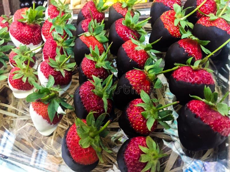 Chocolade behandelde aardbeien stock fotografie