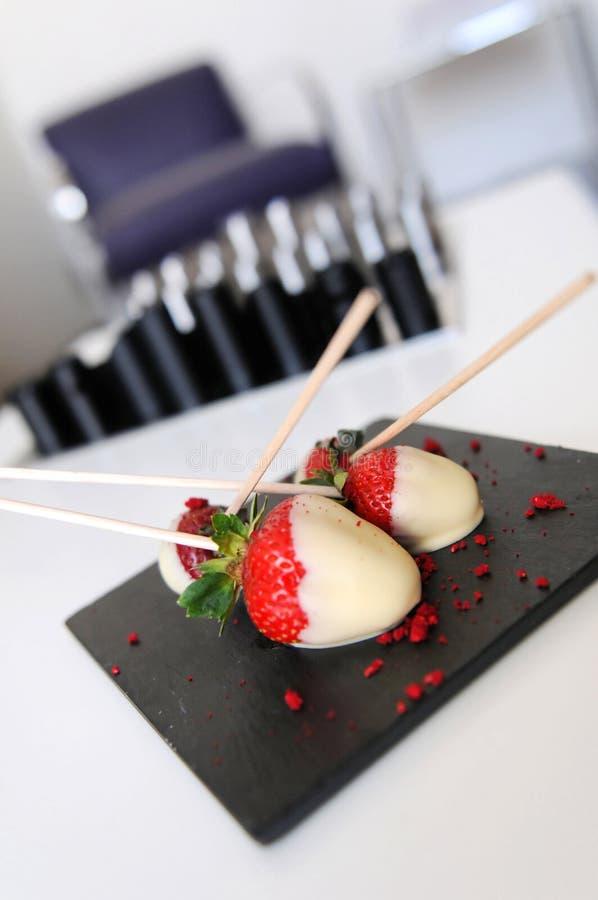 Chocolade behandelde aardbeien stock afbeelding