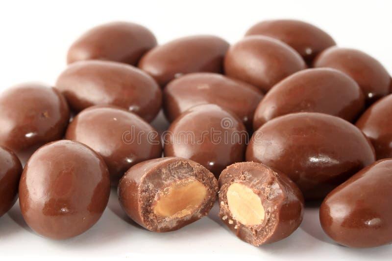 Chocolade behandelde amandelen stock foto's