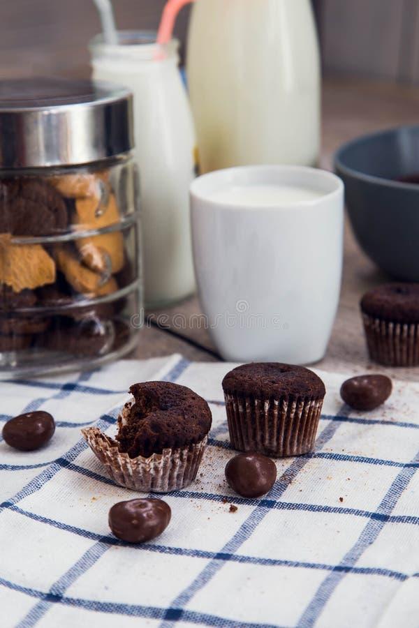 Chocolade brownies, koekjes en een kop van melk royalty-vrije stock fotografie