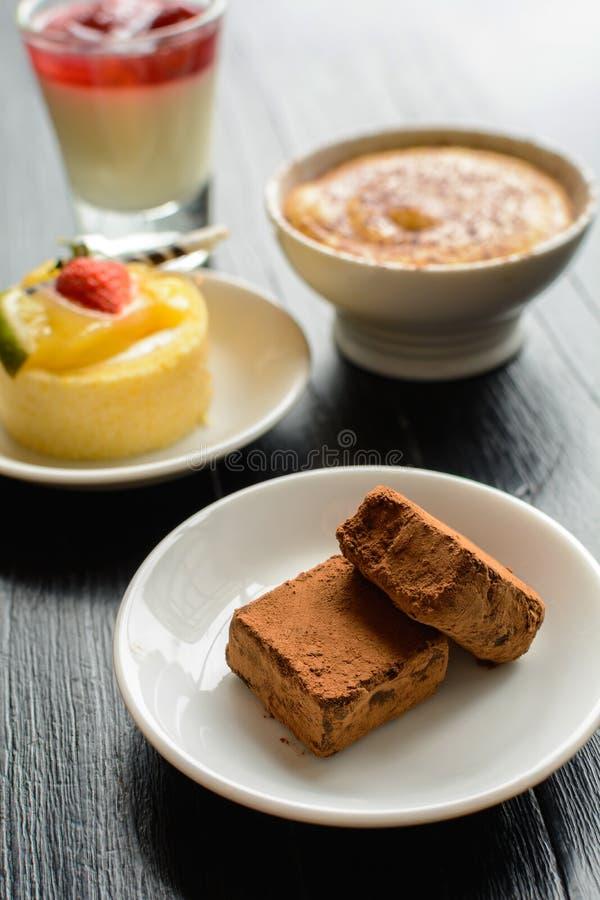 Chocolade, cake en dessert op houten lijst stock foto