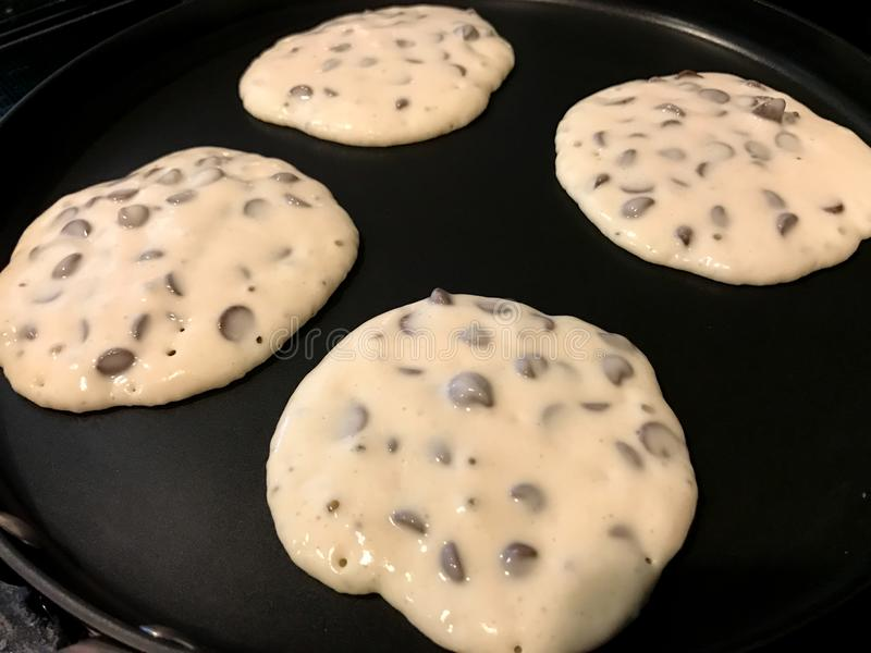 Chocolade Chip Pancakes op het Rooster stock foto
