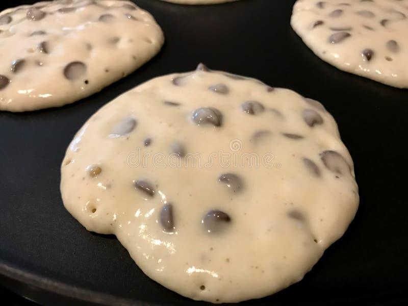 Chocolade Chip Pancakes op het Rooster stock afbeelding