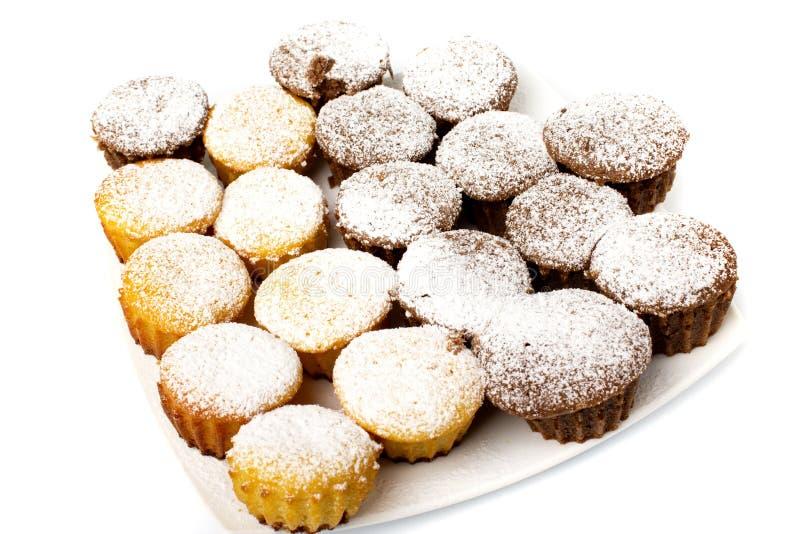 Chocolade cupcake met gepoederde suiker en chocoladesaus royalty-vrije stock afbeeldingen