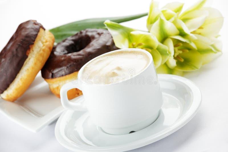 Chocolade donuts met koffie royalty-vrije stock afbeelding