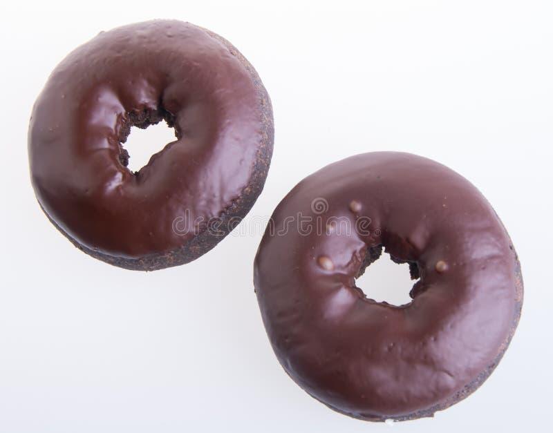 Chocolade donuts op een witte achtergrond stock foto's