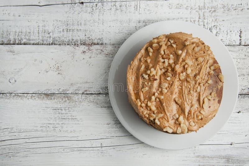Chocolade en hazelnootcake over witte houten achtergrond Isoalted Hoogste mening De ruimte van het exemplaar royalty-vrije stock afbeelding
