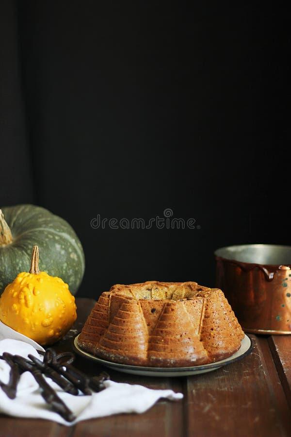 Chocolade en pompoencake stock afbeelding