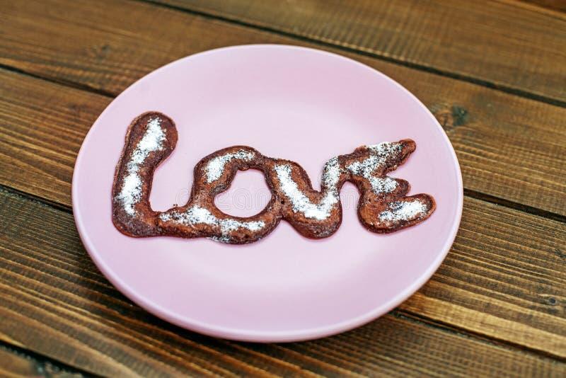 Chocolade heerlijke cake op purpere plaat Houten lijst Conc royalty-vrije stock foto