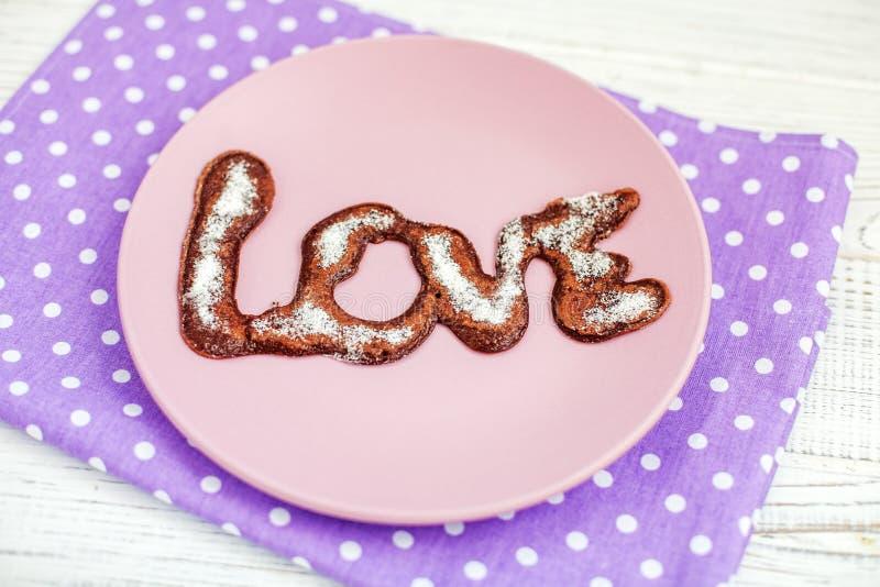Chocolade heerlijke pannekoek op een plaat Gepoederde suiker Conc royalty-vrije stock foto's