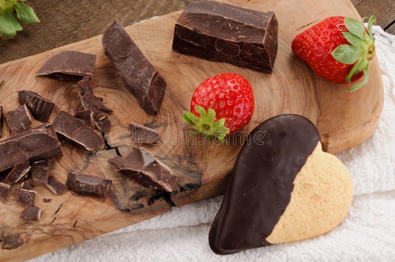 Chocolade, koekje en aardbeien royalty-vrije stock foto's