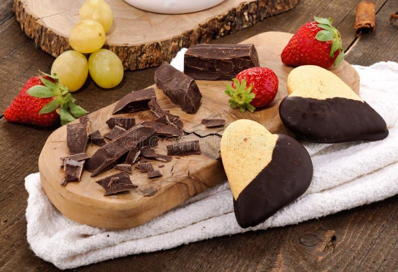 Chocolade, koekjes, druiven en strawberrie stock foto's