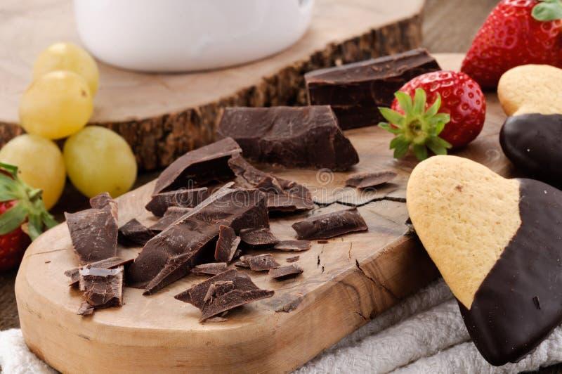 Chocolade, koekjes, druiven en strawberrie stock afbeeldingen