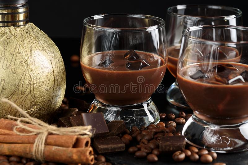 Chocolade, koffie, romige likeur, cocktail met koffiebonen, c royalty-vrije stock foto