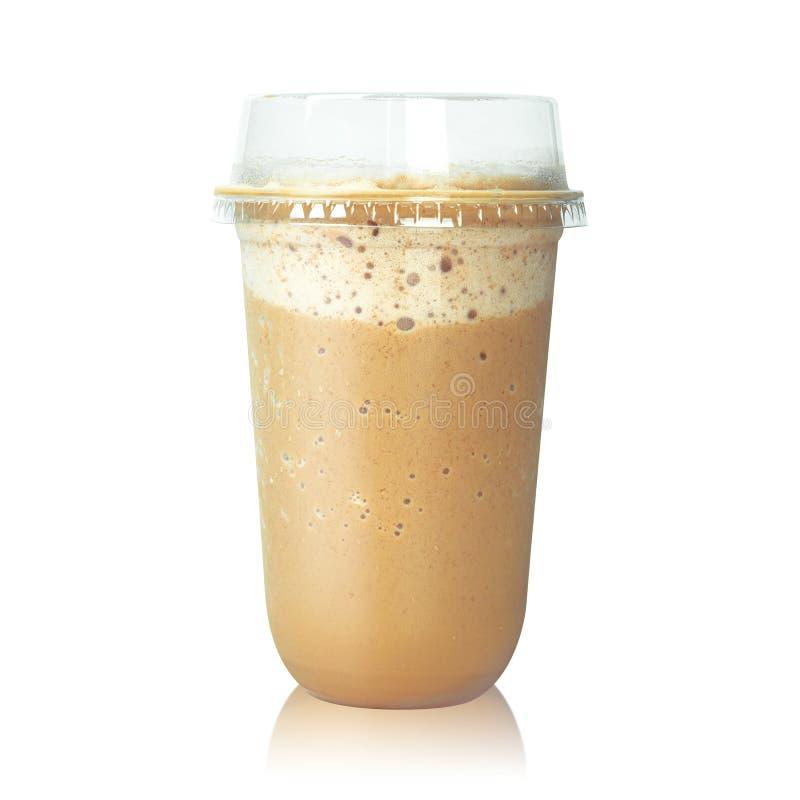 Chocolade latte koffie in plastic die kop op witte achtergrond wordt geïsoleerd Bruine mochamelk Knippende weg royalty-vrije stock fotografie