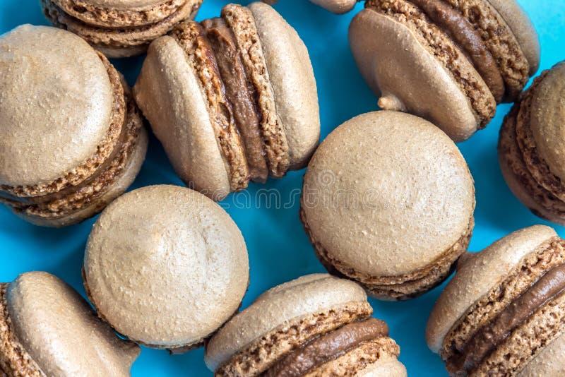 Chocolade macaron of makaroncake op blauwe achtergrond, hoogste mening royalty-vrije stock afbeelding