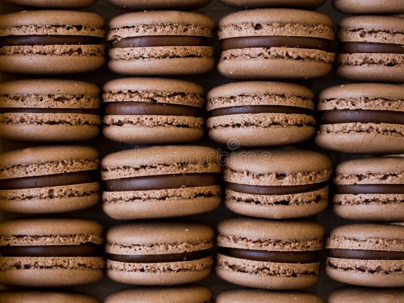 Chocolade macarons stock afbeeldingen