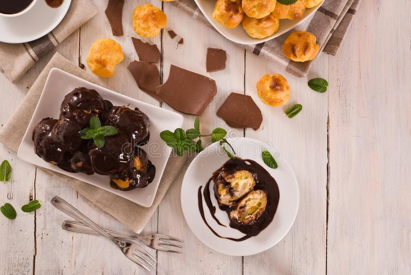 Chocolade profiteroles royalty-vrije stock foto's