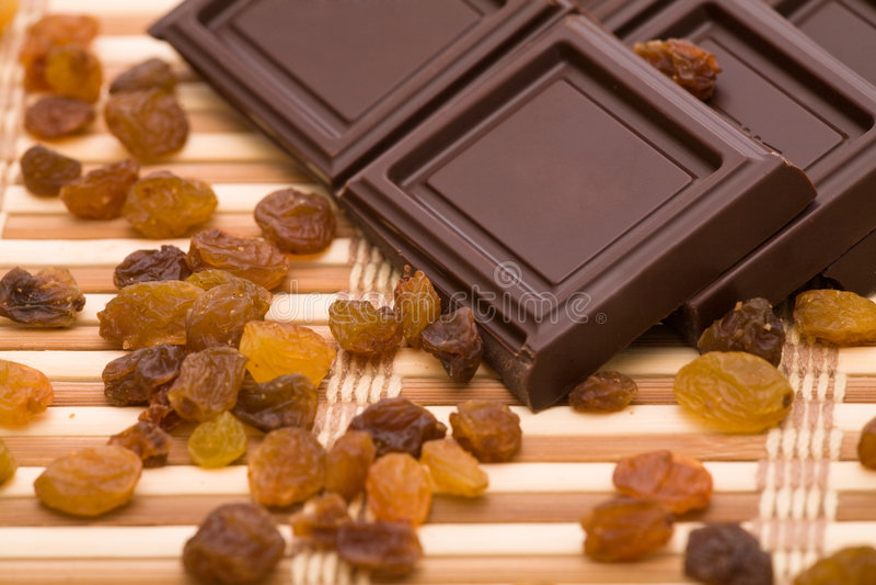 Chocolade, rozijnen en noten stock foto's