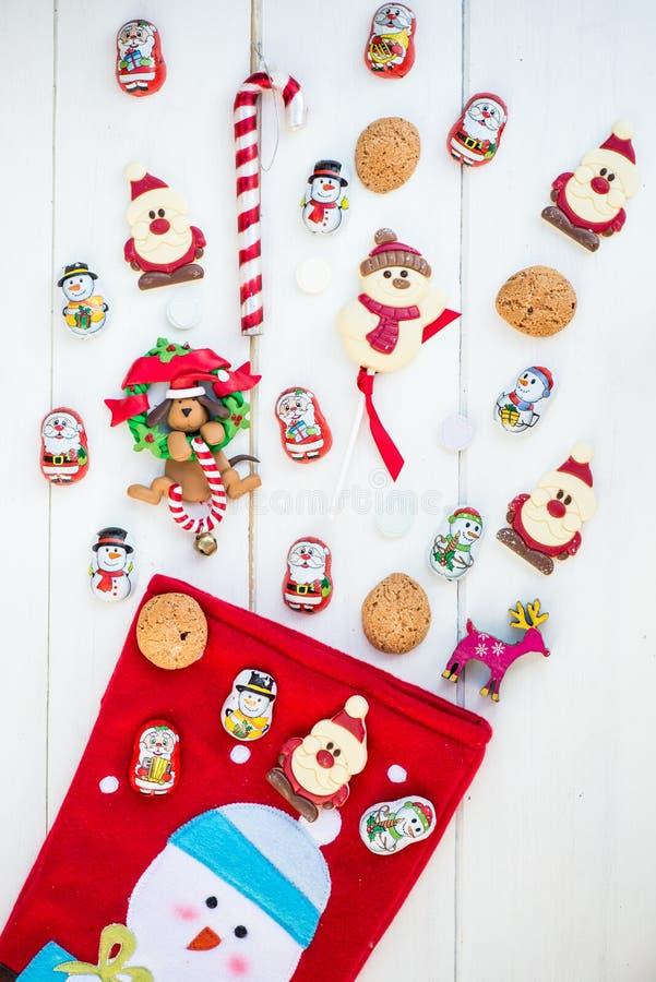 Chocolade Santas, Sneeuwman en Koekjes dichtbij Kerstmiskous stock afbeeldingen