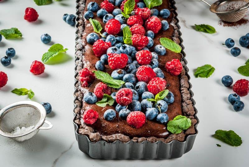 Chocolade scherp met verse bessen stock fotografie