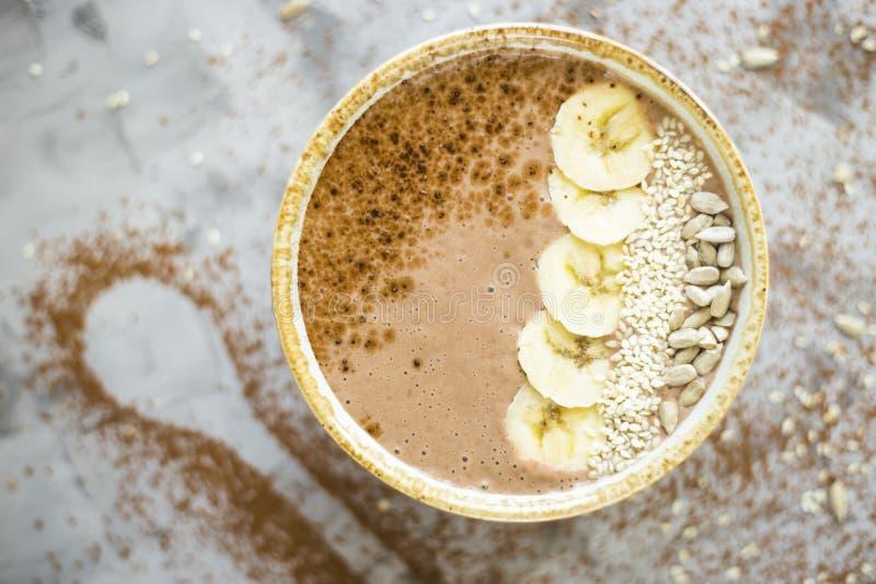 Chocolade smoothie in een kom royalty-vrije stock afbeelding