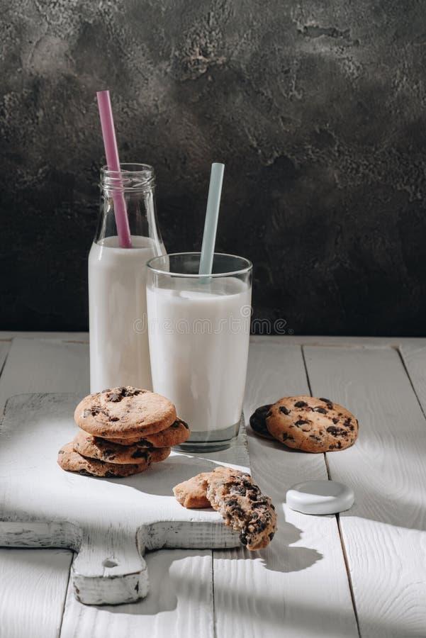 chocolade-spaander koekjes op witte houten scherpe raad stock afbeelding