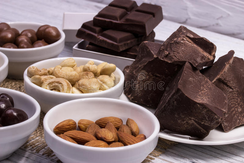 Chocolade, suikergoed, rozijnen, noten royalty-vrije stock afbeelding