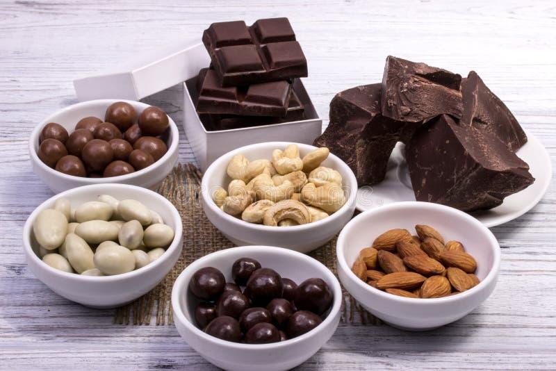 Chocolade, suikergoed, rozijnen, noten stock afbeeldingen