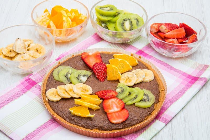 Chocolade tarte met gemengd vers fruit royalty-vrije stock afbeelding