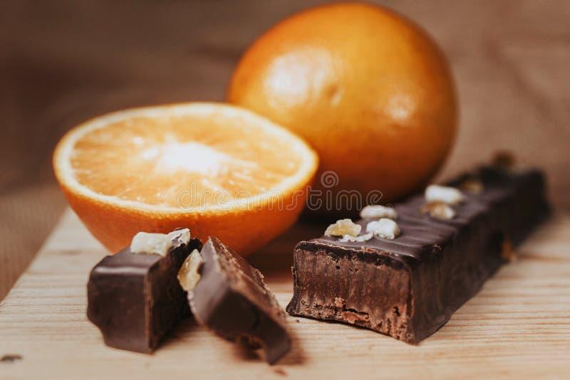 Chocolade turron met sinaasappelen in het traditionele voedsel dat van Spanje worden gemaakt royalty-vrije stock fotografie