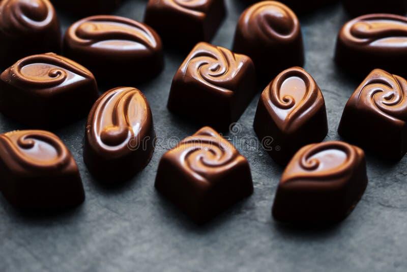 Chocoladeachtergrond Donker Chocoladesuikergoed Pralinesnoepjes laag stock fotografie