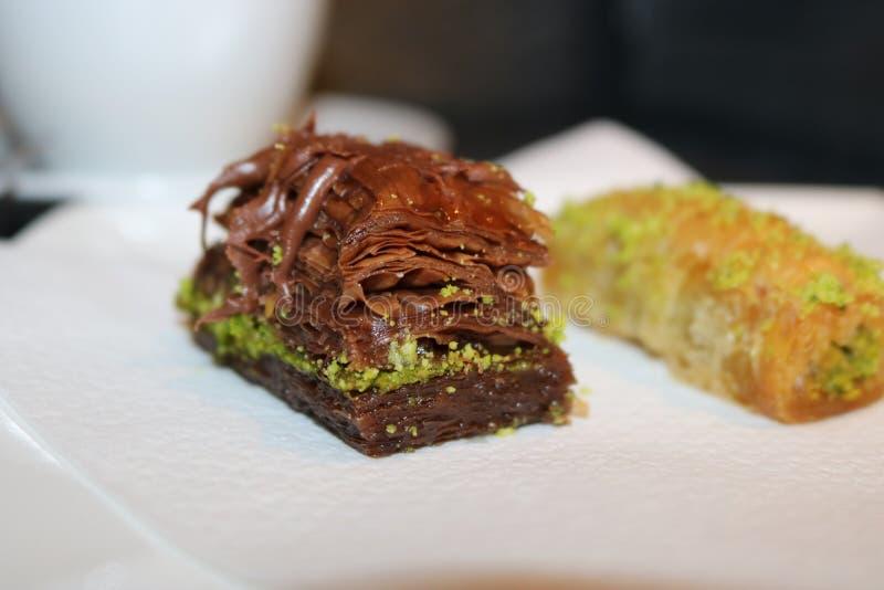 Chocoladebaklava op een plaat royalty-vrije stock afbeelding