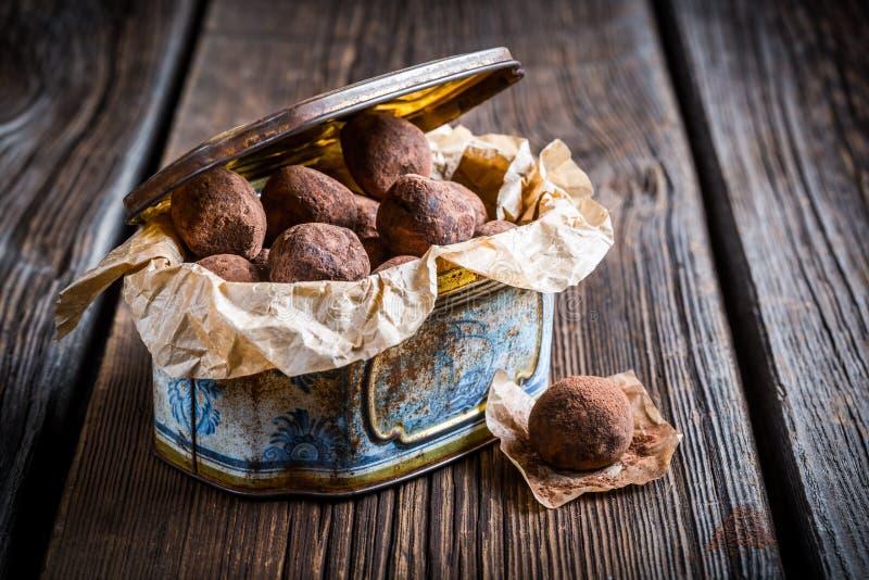 Chocoladeballen in blauwe doos royalty-vrije stock afbeeldingen