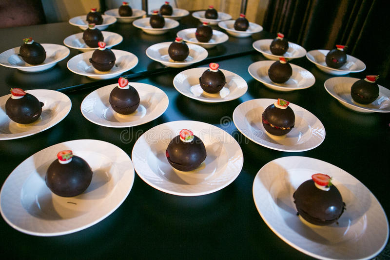 Chocoladeballen op witte plaat stock afbeelding