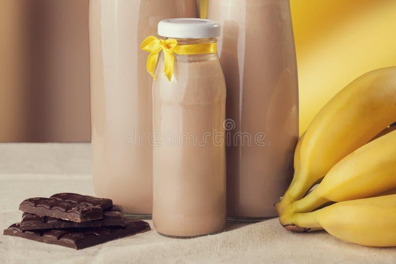 Chocoladebanaan op smaak gebrachte yoghurt op de lijst Gezonde Levensstijl royalty-vrije stock foto