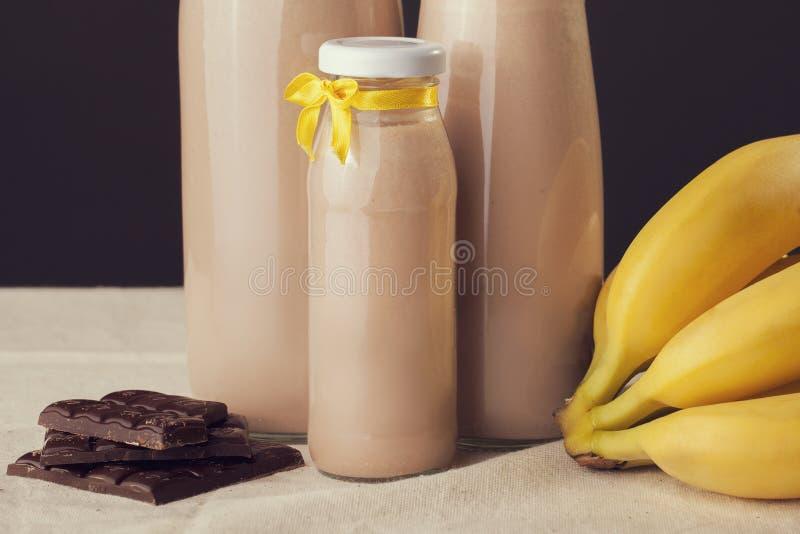 Chocoladebanaan op smaak gebrachte yoghurt op de lijst Gezonde Levensstijl royalty-vrije stock afbeelding
