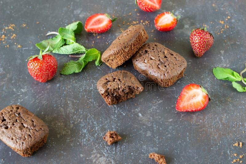 Chocoladebiscuitgebak en aardbeien op een donkere achtergrond royalty-vrije stock afbeeldingen