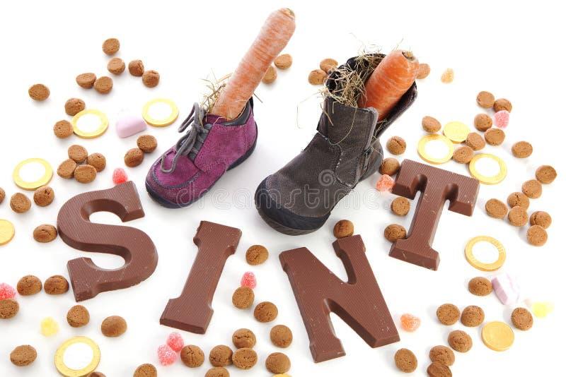 Chocoladebrieven en Schoenen met wortelen voor Sinterklaas, een typi royalty-vrije stock foto's