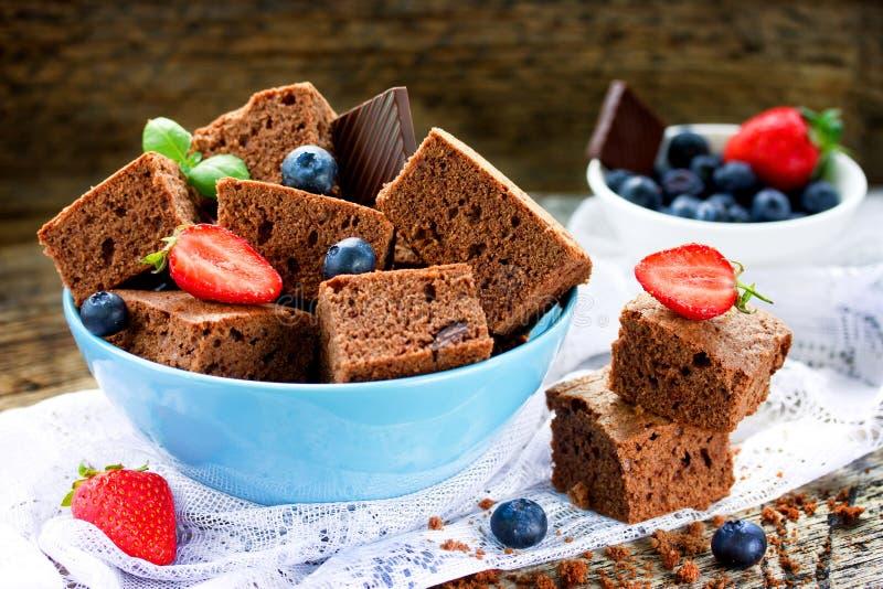 Chocoladebrownie met aardbeien en bosbessen - Amerikaans t royalty-vrije stock foto