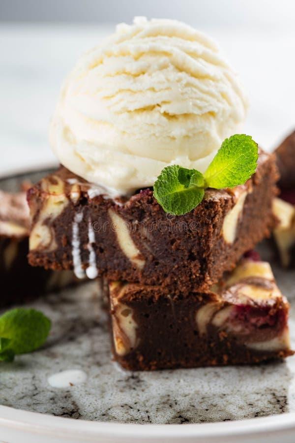 Chocoladebrownie met vanilleroomijs, rasberry en munt op een witte achtergrond De ruimte van het exemplaar royalty-vrije stock foto's