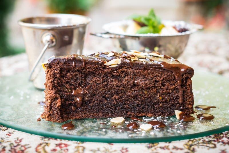 Chocoladecake, fruit en roomijs stock afbeeldingen