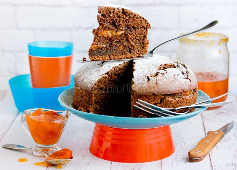 Chocoladecake met abrikozenjam royalty-vrije stock afbeelding