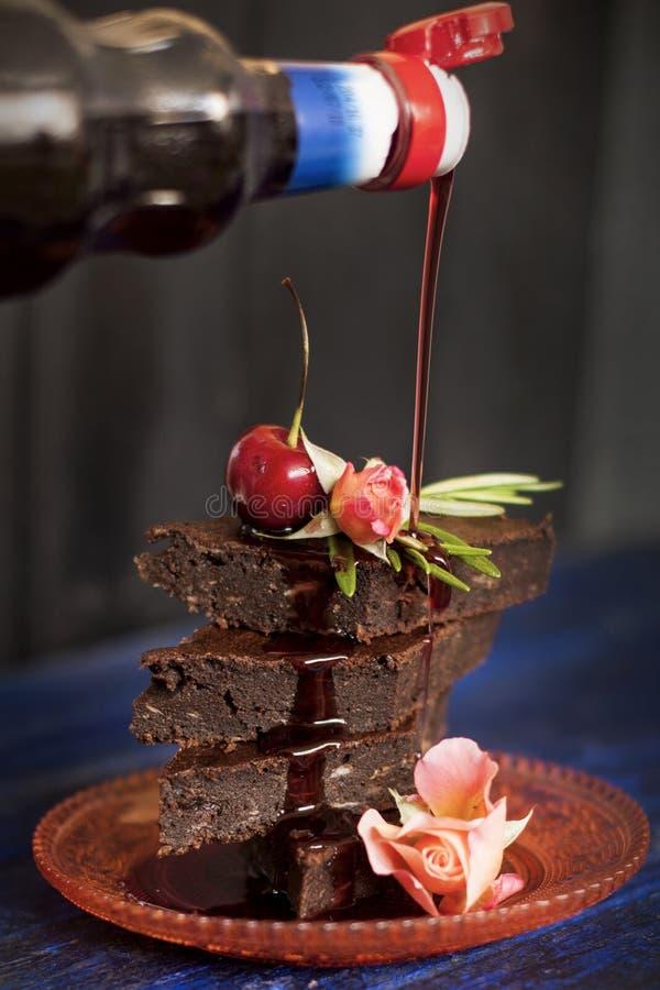 Chocoladecake met bessen, met bloemen worden verfraaid die De ruimte van het exemplaar stock afbeelding