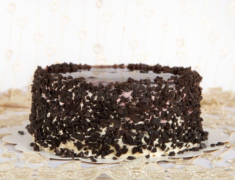 Chocoladecake met Chocolade, Cake dat op warme lichte achtergrond met selectieve nadruk wordt geïsoleerd en ongelijk licht. Concep stock afbeelding