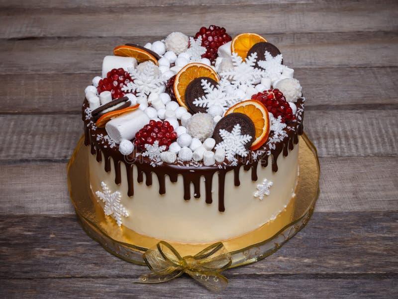 Chocoladecake met een decoratie van de de winterstijl stock fotografie