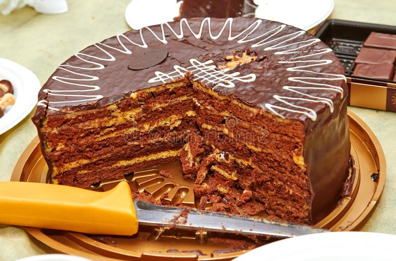 Chocoladecake met een gele laag op de verjaardag stock foto