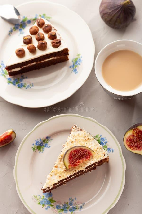 Chocoladecake met hazelnoten en fig. stock foto